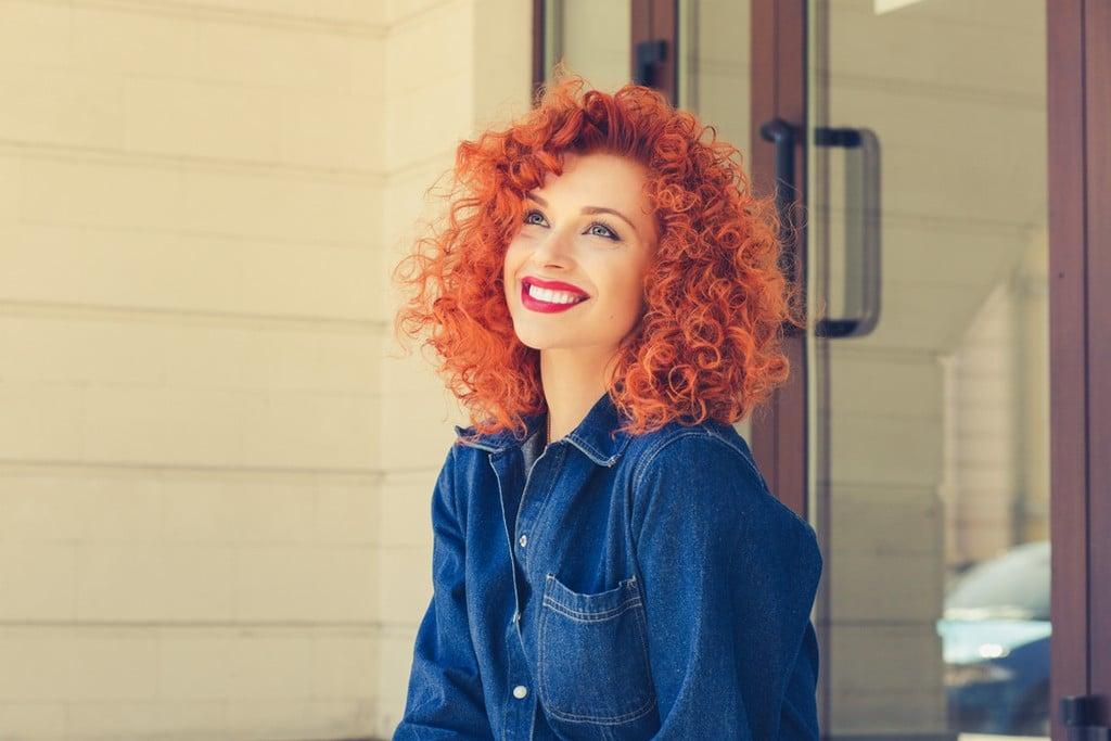 Mulher jovem com cabelo cacheado ruivo
