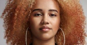 Mulher jovem com cabelo crespo ruivo