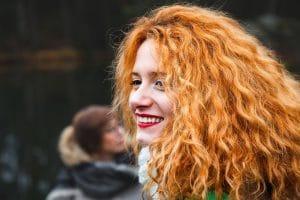 Mulher jovem com cabelo ondulado ruivo