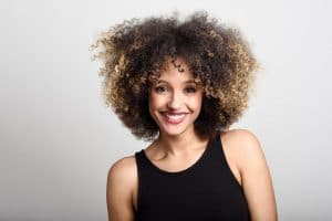 Mulher de cabelo crespo com franja
