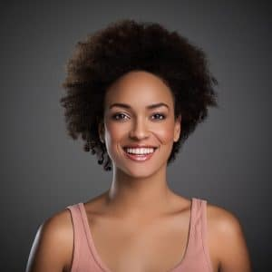 Mulher de cabelo crespo curto natural