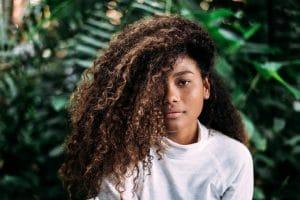 Mulher com cabelo crespo grande