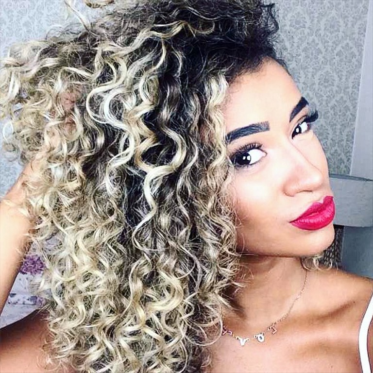 Mulher com cabelo cacheado loiro