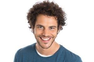 Homem com cabelo cacheado