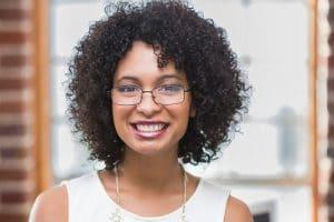 Mulher jovem com cabelo cacheado, tipo 3
