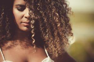 Mulher jovem com cabelo cacheado definido