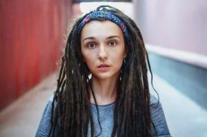 Mulher com cabelo rastafári