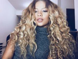 Mulher com mega hair ondulado, loiro