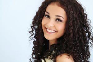 Mulher jovem de cabelo cacheado castanho escuro