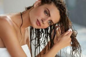 Mulher lavando e desembaraçando o cabelo
