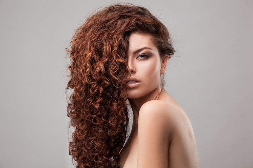 Mulher de cabelo cacheado lateral