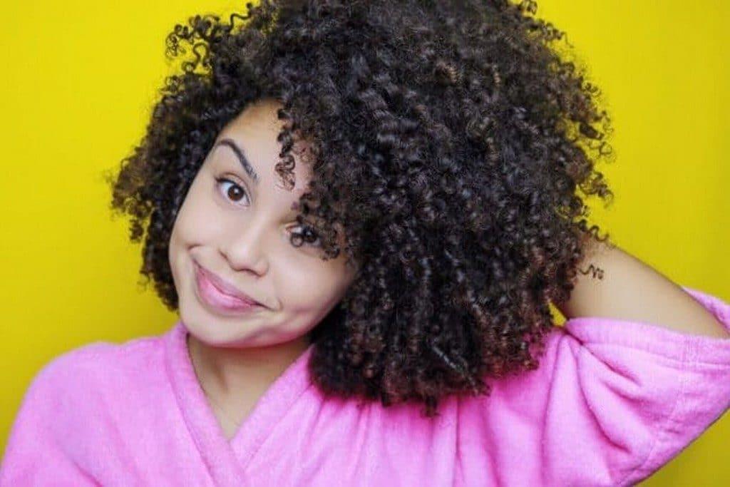Ana Lídia Lopes de cabelo cacheado curto natural