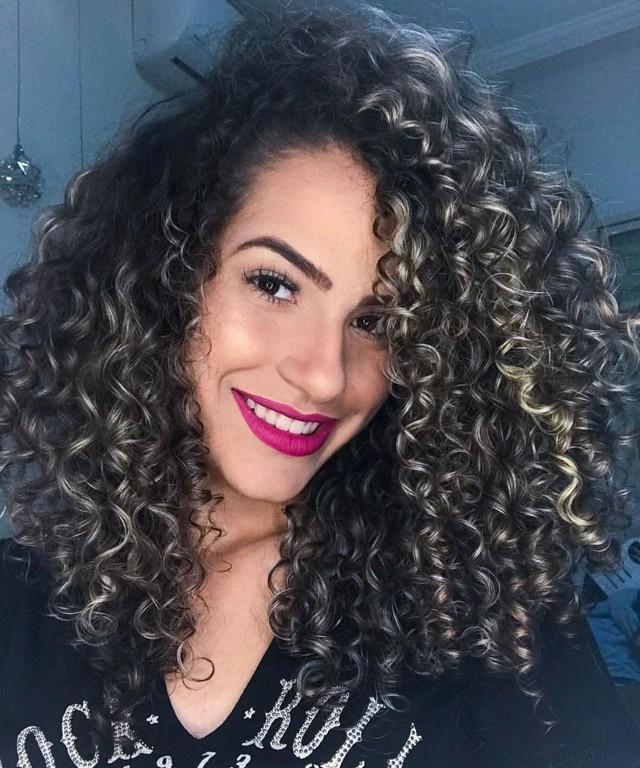 Mulher de cabelo cacheado