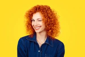 Mulher com cabelo cacheado ruivo