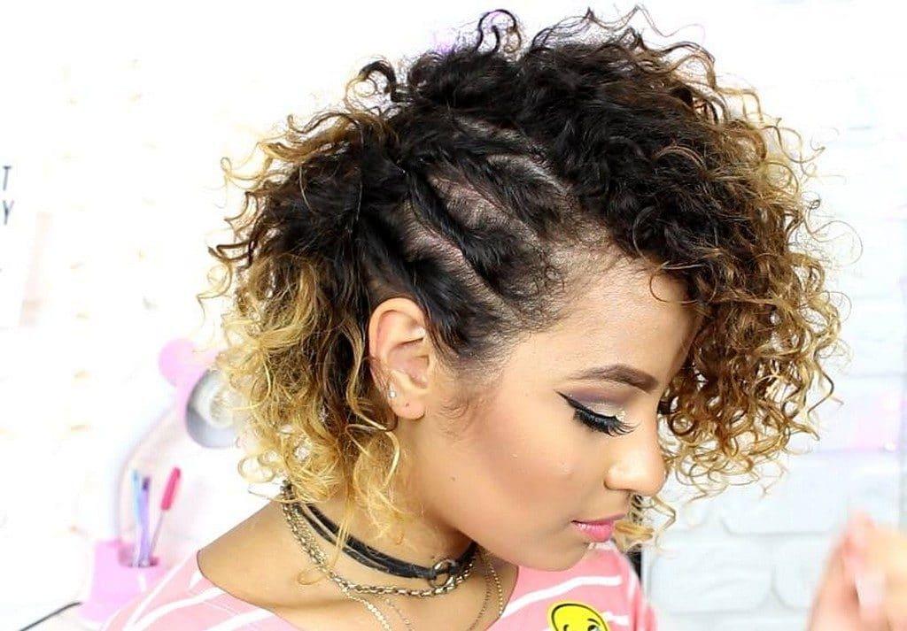 Mulher de cabelo cacheado com penteado semi preso