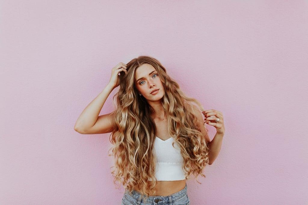 Mulher de cabelo ondulado com mechas