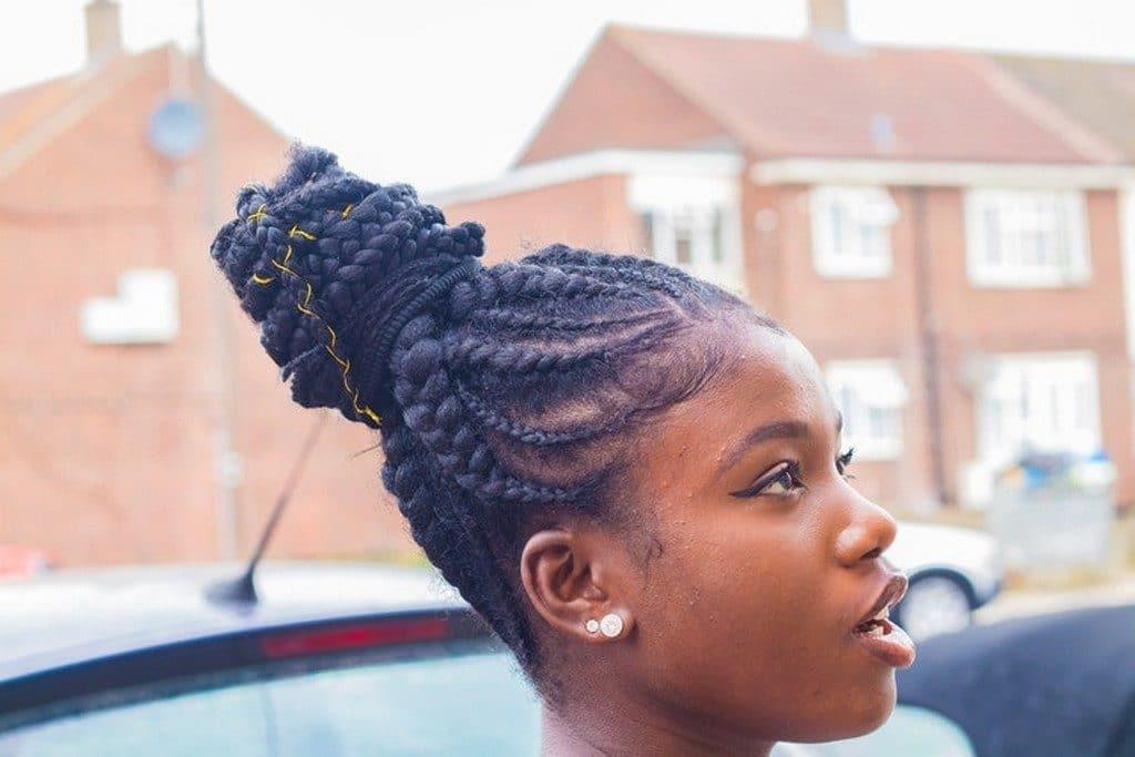 Mulher com trança afro e penteado
