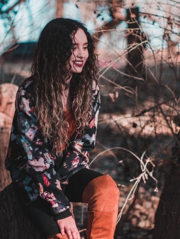 Mulher de cabelo cacheado com mechas