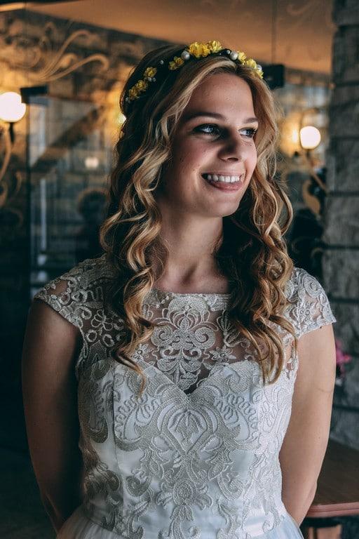 Noiva de cabelo ondulado, solto, com tiara de flores