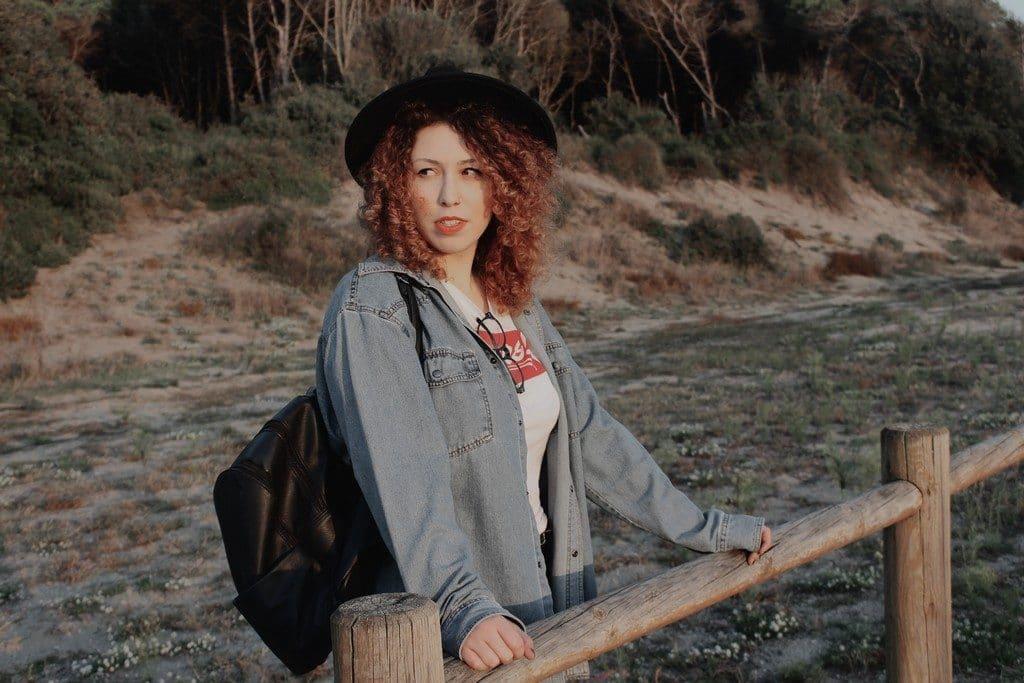 Mulher de cabelo ondulado, tamanho médio
