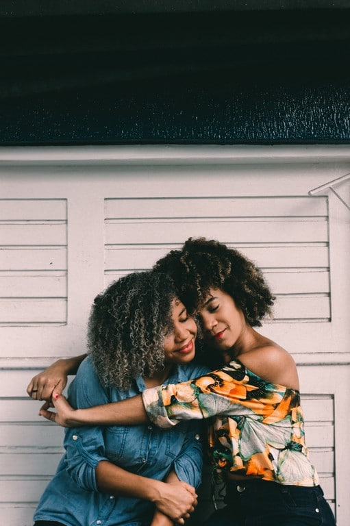 Mulheres de cabelo cacheado com mechas