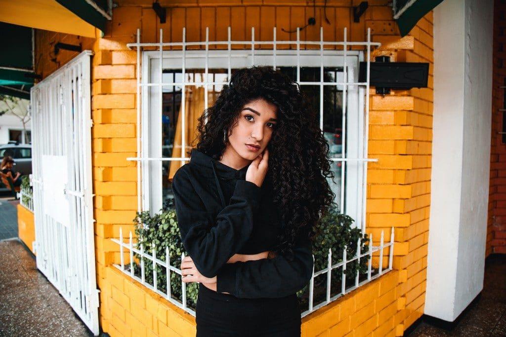 Mulher de cabelo cacheado longo