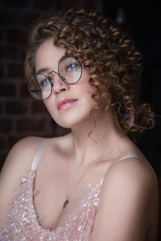 Mulher de cabelo ondulado semi preso