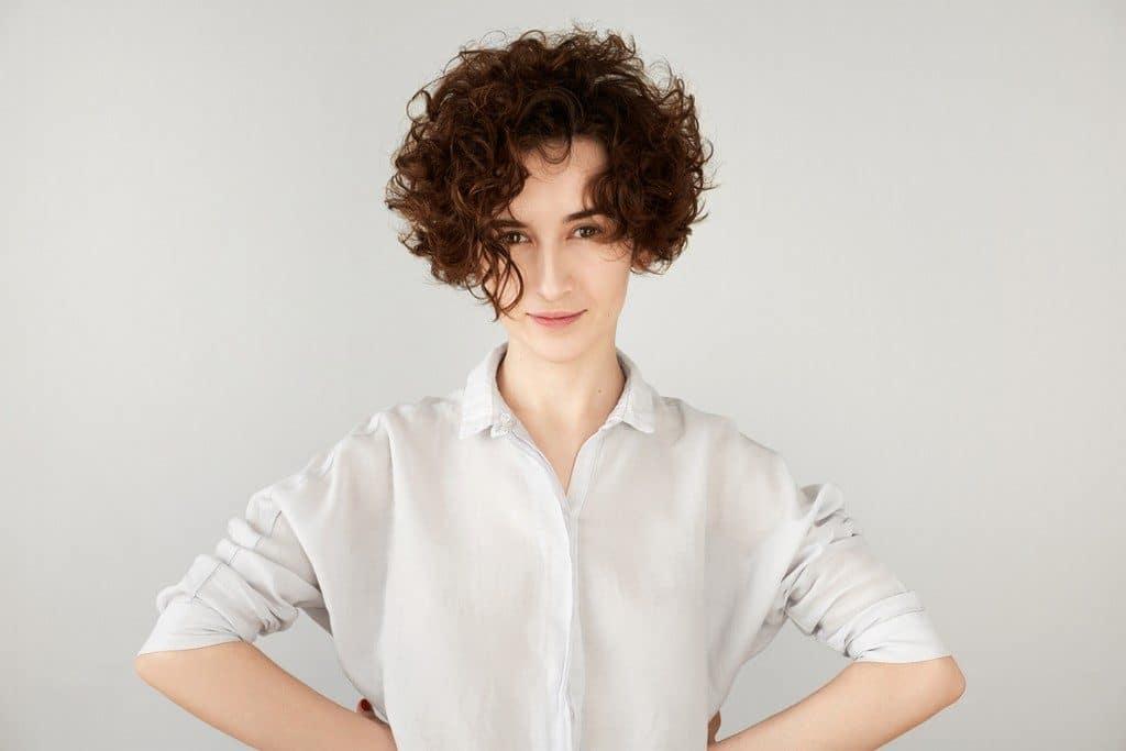 Mulher de cabelo ondulado, curto