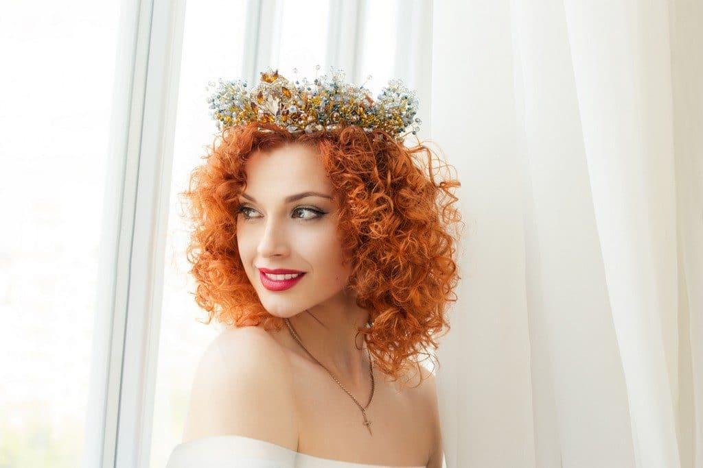 Noiva de cabelo ondulado, curto, solto, com coroa