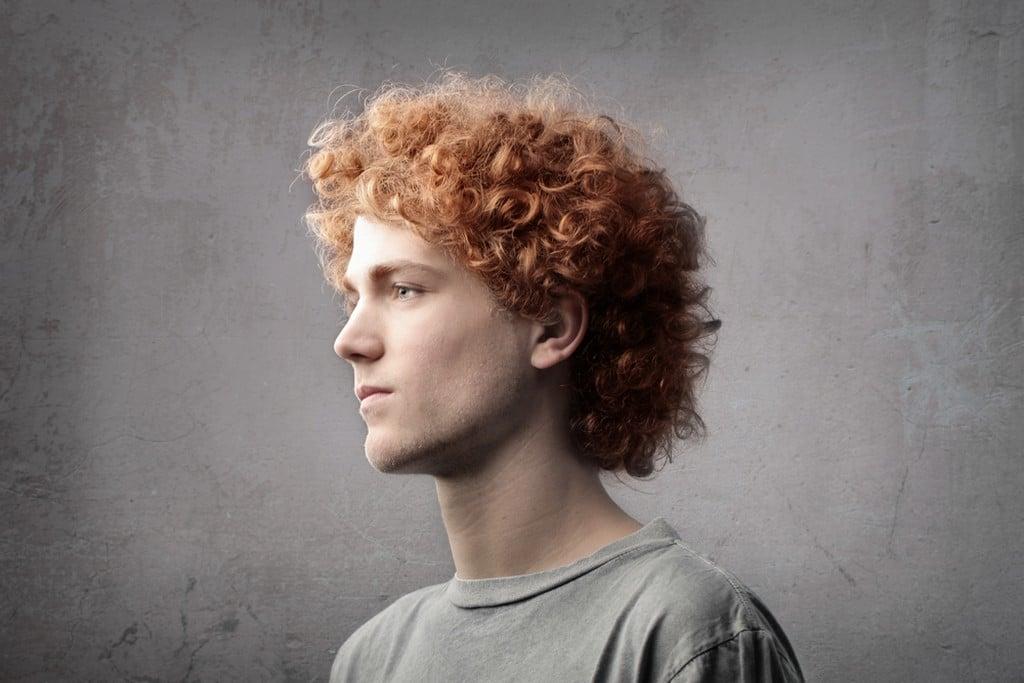 Homem de cabelo ondulado, ruivo