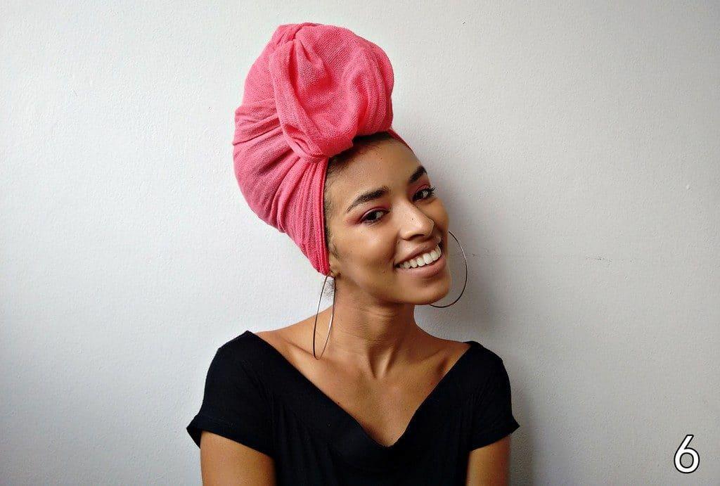 Mulher de cabelo preso com turbante