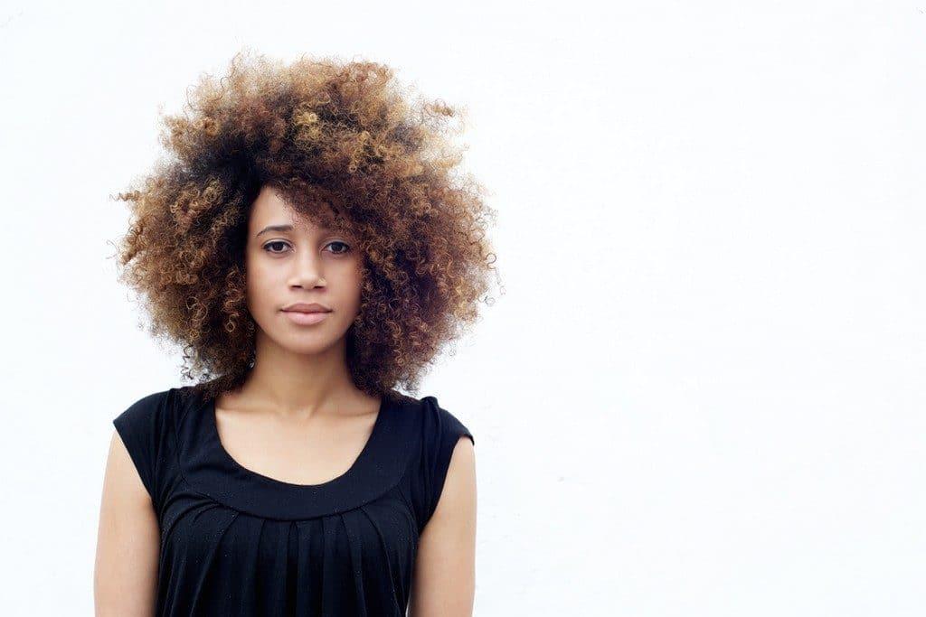Mulher de cabelo crespo, castanho iluminado