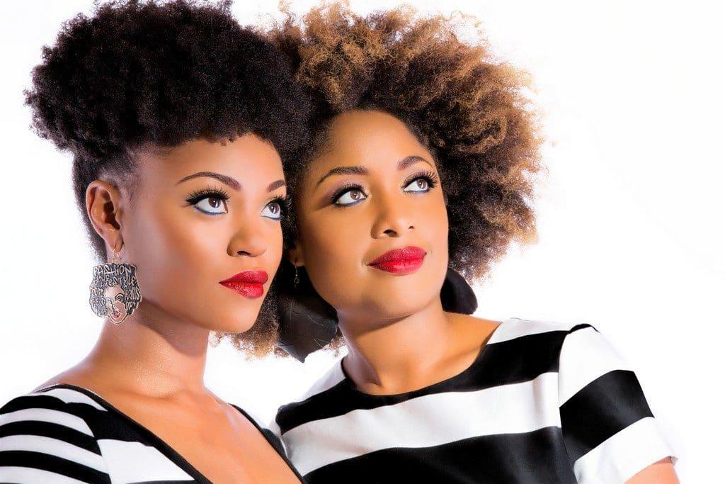 Mulheres jovens com corte curto para cabelo crespo