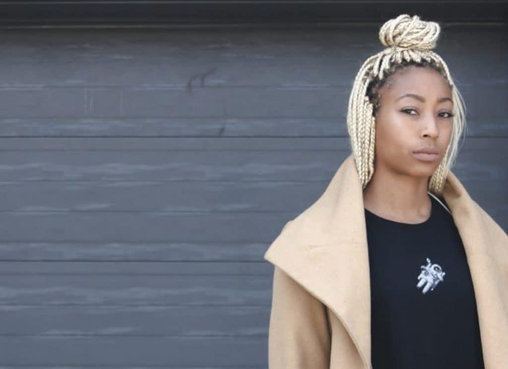 Mulher jovem com box braids