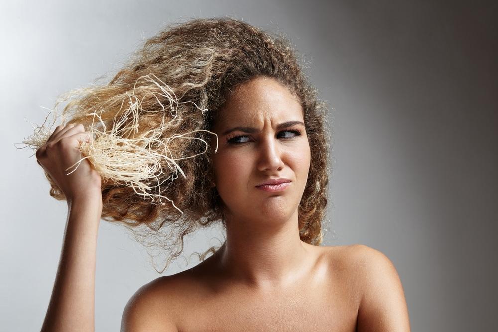 Mulher com cabelo elástico
