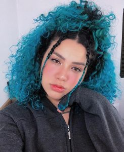 Carol Mamprin com cabelo azul