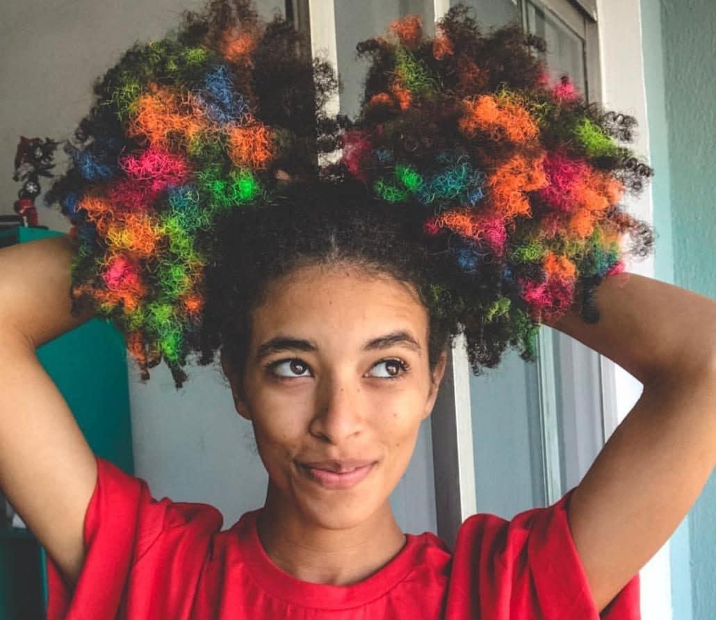 Amanda mendes com cabelo crespo, colorido