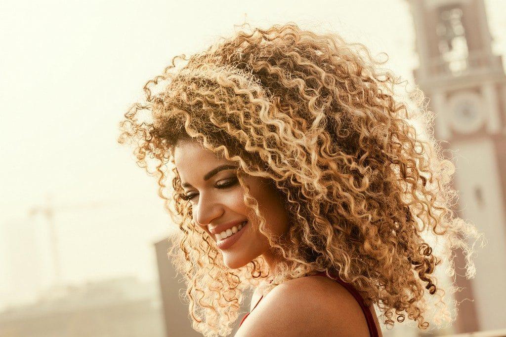 Mulher de cabelo cacheado loiro