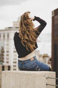 Mulher com cabelo ondulado longo