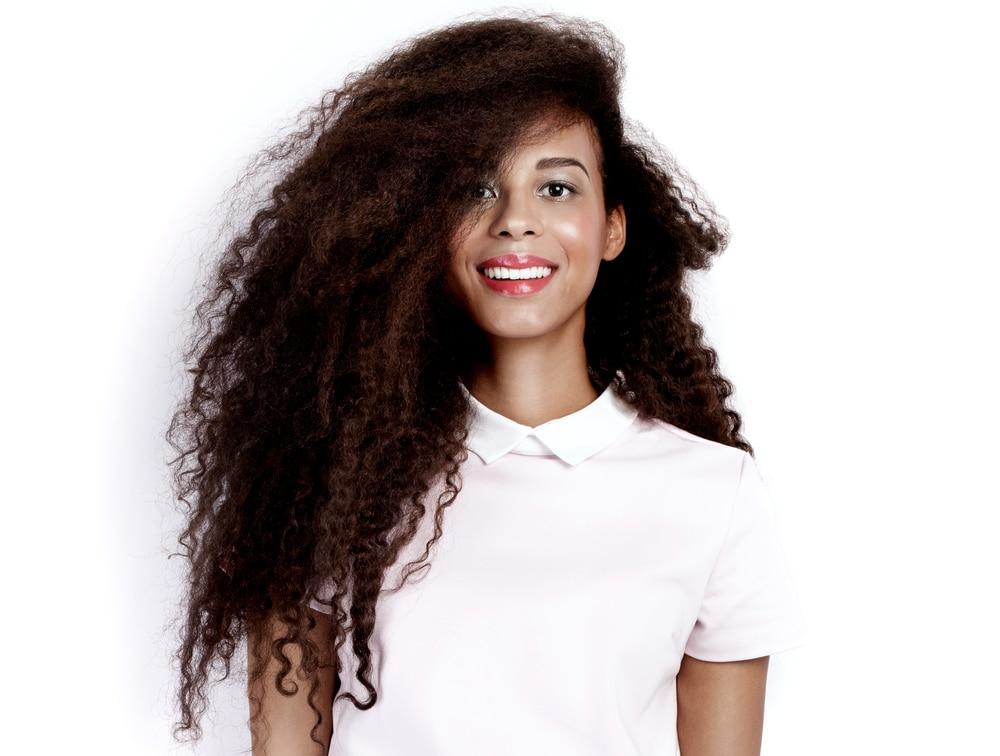 Mulher com o cabelo crespo, longo