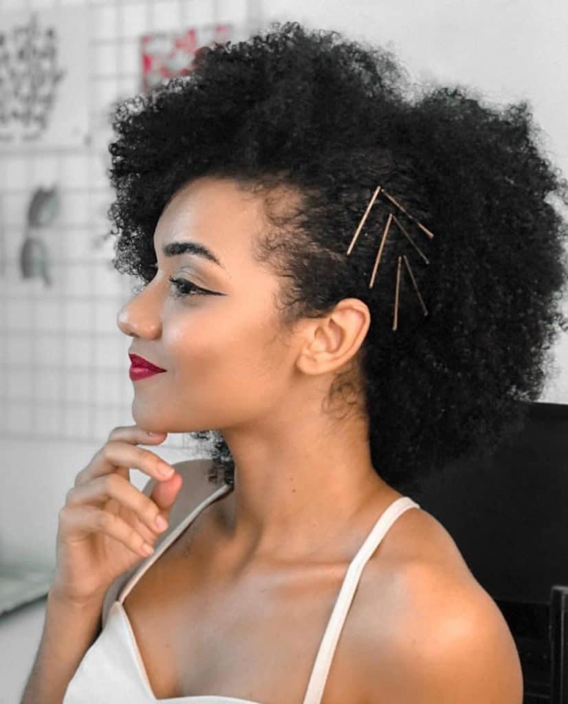 Carol Soares com penteado solto lateral