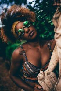 Mulher com penteado, com bandana, para cabelos afros