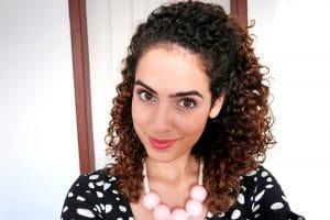 mulher com cabelo castanho escuro semipreso