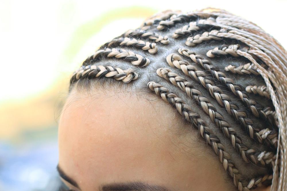Mulher com tranças africanas